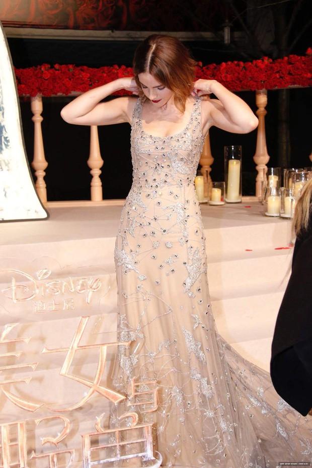 Năm 2017 Emma Watson có 1 thảm đỏ huyền thoại ở Trung Quốc: Đẹp nức nở tựa công chúa, đến mức ảnh chụp lướt mỗi năm đều gây bão MXH - Ảnh 5.