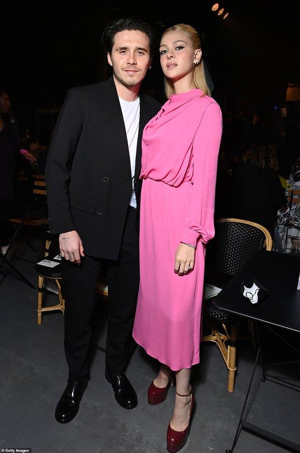 """Cậu cả Brooklyn Beckham hôn bạn gái thắm thiết, nhưng sao đàng gái nhà tỷ phú biểu cảm """"né như né tà"""" thế kia? - Ảnh 4."""