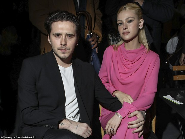 """Cậu cả Brooklyn Beckham hôn bạn gái thắm thiết, nhưng sao đàng gái nhà tỷ phú biểu cảm """"né như né tà"""" thế kia? - Ảnh 6."""