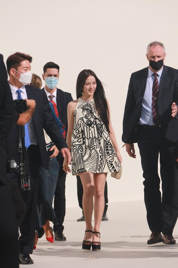 Rần rần clip CEO Dior tuyên bố chống lưng cho Jisoo nếu bị YG sa thải, nữ idol phản ứng ra sao trước kim chủ? - Ảnh 7.