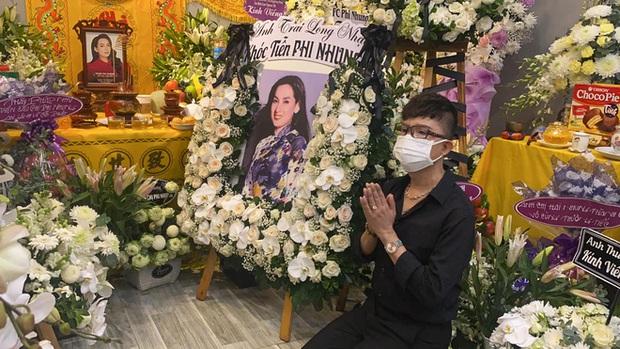 Lễ viếng ca sĩ Phi Nhung ngày 2/10: Nhật Kim Anh đến từ sớm, Hồ Văn Cường lộ rõ tiều tuỵ sau 4 ngày mẹ nuôi qua đời - Ảnh 5.