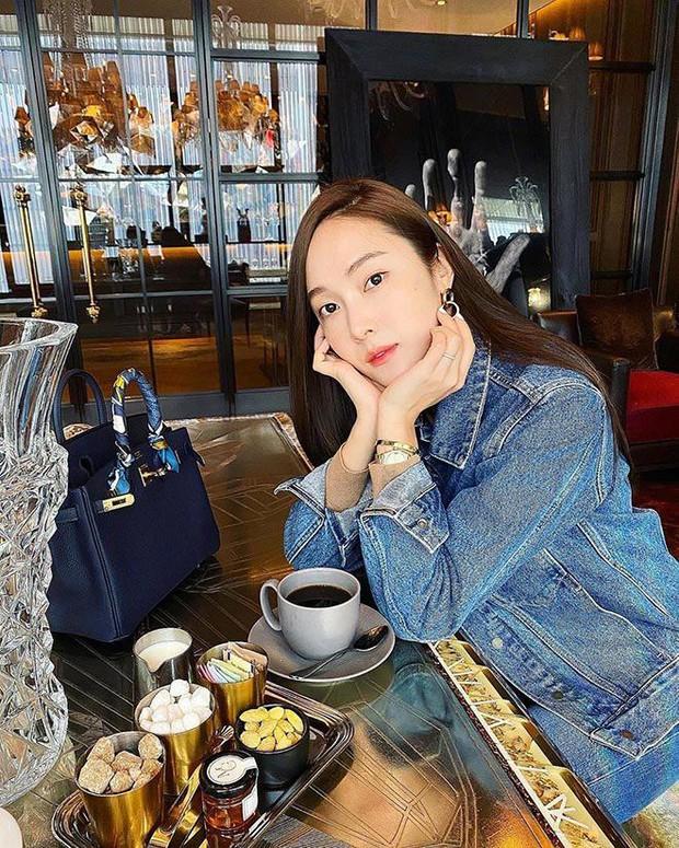 1 chiếc bàn - 2 phong cách: Các cô sao Việt đi thưởng trà lên đồ có gì khác mấy cô sao Hàn? - Ảnh 8.