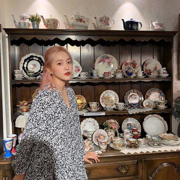 1 chiếc bàn - 2 phong cách: Các cô sao Việt đi thưởng trà lên đồ có gì khác mấy cô sao Hàn? - Ảnh 12.