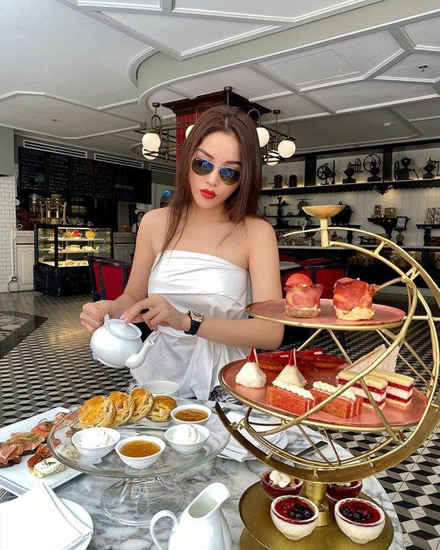 1 chiếc bàn - 2 phong cách: Các cô sao Việt đi thưởng trà lên đồ có gì khác mấy cô sao Hàn? - Ảnh 2.