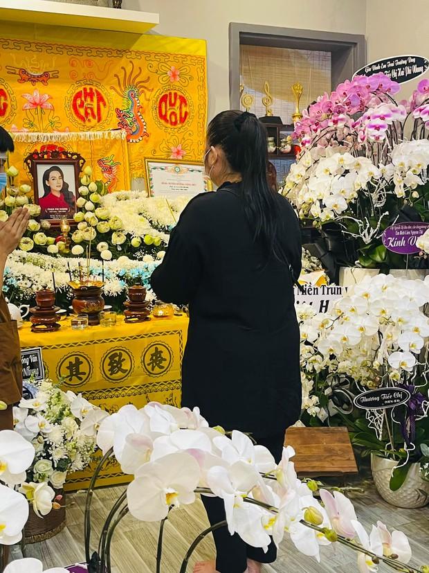 NS Hồng Vân, MC Nguyên Khang lặng lẽ đến vĩnh biệt ca sĩ Phi Nhung tối 3/10, các con nuôi thất thần bên di ảnh - Ảnh 3.