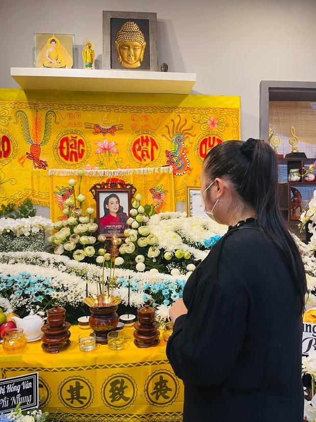 NS Hồng Vân, MC Nguyên Khang lặng lẽ đến vĩnh biệt ca sĩ Phi Nhung tối 3/10, các con nuôi thất thần bên di ảnh - Ảnh 2.