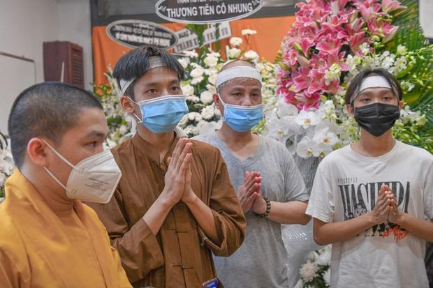 NS Hồng Vân, MC Nguyên Khang lặng lẽ đến vĩnh biệt ca sĩ Phi Nhung tối 3/10, các con nuôi thất thần bên di ảnh - Ảnh 5.