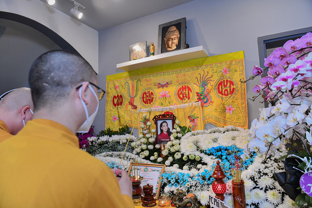 NS Hồng Vân, MC Nguyên Khang lặng lẽ đến vĩnh biệt ca sĩ Phi Nhung tối 3/10, các con nuôi thất thần bên di ảnh - Ảnh 8.