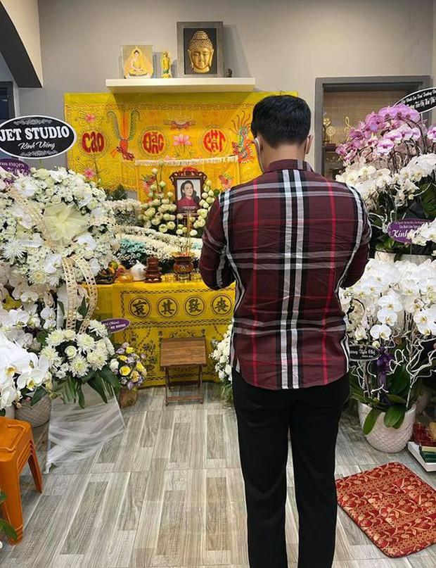 NS Hồng Vân, MC Nguyên Khang lặng lẽ đến vĩnh biệt ca sĩ Phi Nhung tối 3/10, các con nuôi thất thần bên di ảnh - Ảnh 7.