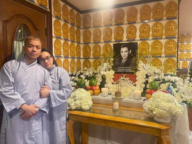 NS Hồng Vân, MC Nguyên Khang lặng lẽ đến vĩnh biệt ca sĩ Phi Nhung tối 3/10, các con nuôi thất thần bên di ảnh - Ảnh 10.