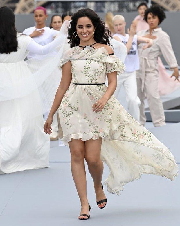 Camila Cabello lật bàn cực mạnh tại Paris Fashion Week, nhan sắc ú oà thế này ai lường nổi? - Ảnh 2.