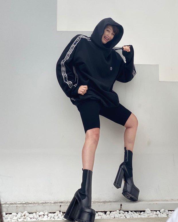 Chị đại đáng sợ nhất showbiz Hàn Kim Hye Soo khoe body khó tin ở tuổi 51, nhưng kéo xuống thứ độc dị ở chân mà giật mình - Ảnh 5.