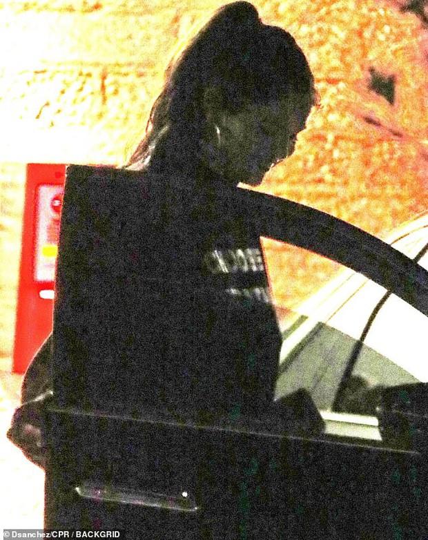 Selena Gomez lộ ảnh ôm cô gái lạ mặt, dân tình rần rần soi ra người kia chính là... bà xã Justin Bieber? - Ảnh 5.