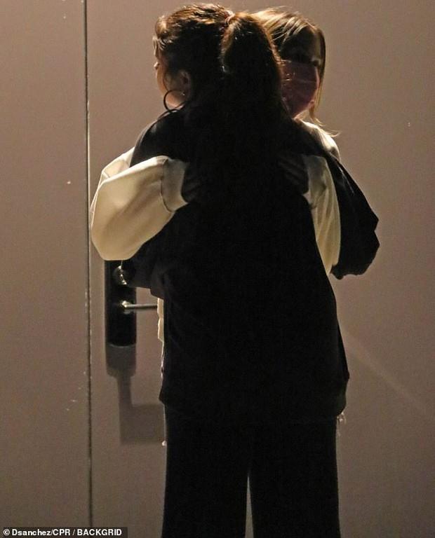 Selena Gomez lộ ảnh ôm cô gái lạ mặt, dân tình rần rần soi ra người kia chính là... bà xã Justin Bieber? - Ảnh 2.