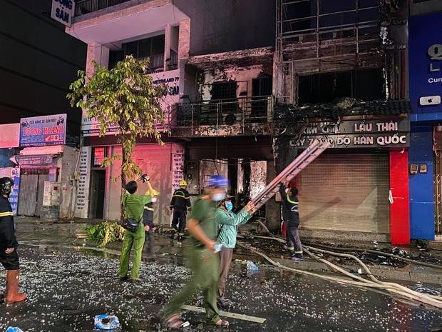 TP.HCM: 2 căn nhà mặt phố bị cháy dữ dội, 1 người tử vong tại chỗ - Ảnh 1.