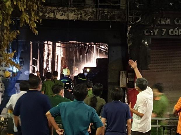 TP.HCM: 2 căn nhà mặt phố bị cháy dữ dội, 1 người tử vong tại chỗ - Ảnh 3.