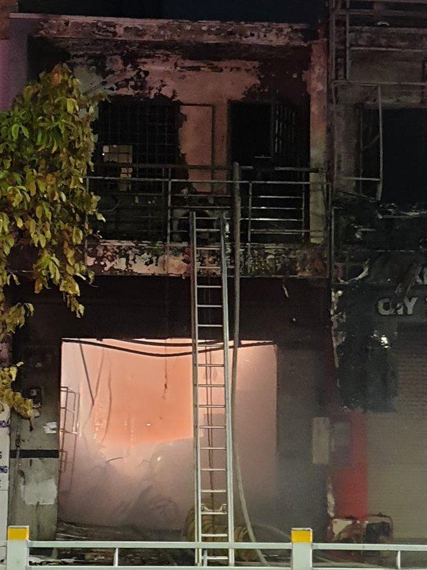 TP.HCM: 2 căn nhà mặt phố bị cháy dữ dội, 1 người tử vong tại chỗ - Ảnh 4.