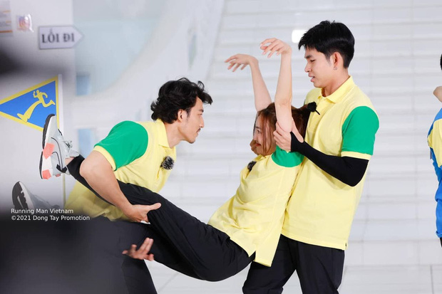 Jun Phạm bị soi bàn tay hư trong lúc bồng bế Lan Ngọc ở Running Man - Ảnh 4.