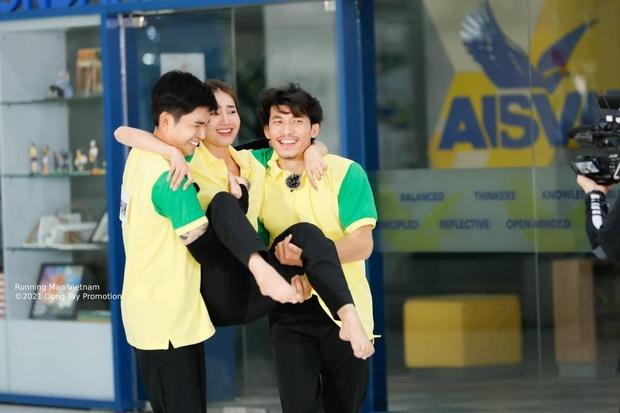 Jun Phạm bị soi bàn tay hư trong lúc bồng bế Lan Ngọc ở Running Man - Ảnh 6.