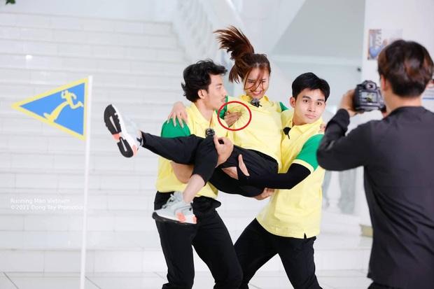 Jun Phạm bị soi bàn tay hư trong lúc bồng bế Lan Ngọc ở Running Man - Ảnh 2.