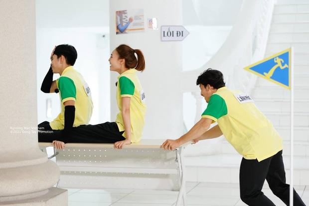 Jun Phạm bị soi bàn tay hư trong lúc bồng bế Lan Ngọc ở Running Man - Ảnh 7.
