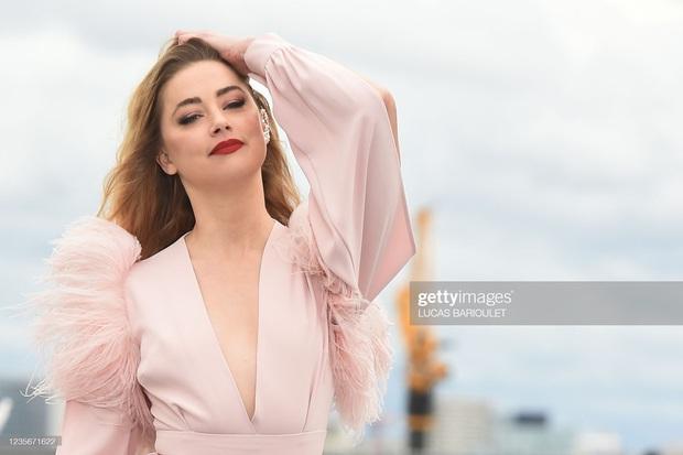 2 mỹ nhân Hollywood náo loạn trời Paris: Amber Heard khoe ngực sexy, mặt lộ khuyết điểm nhưng vẫn lấn át cả Camila xuống sắc hậu tăng cân - Ảnh 8.