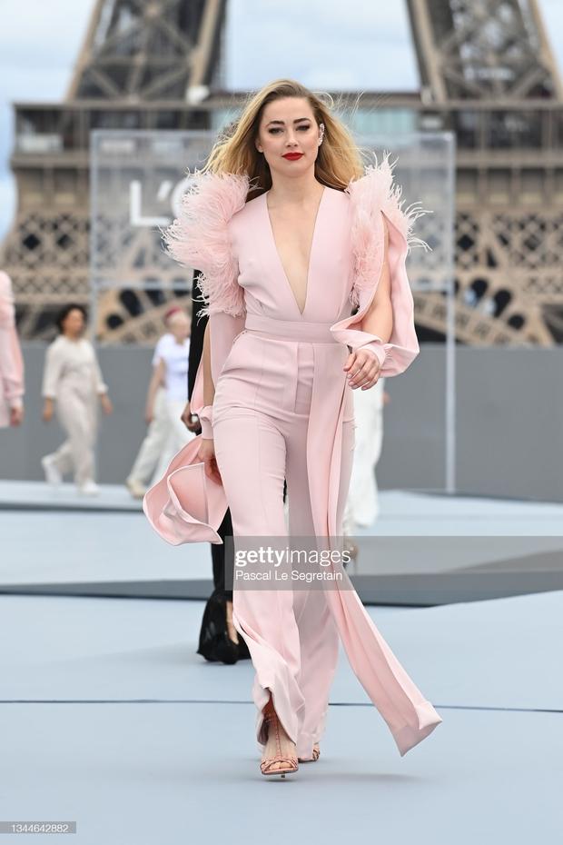 2 mỹ nhân Hollywood náo loạn trời Paris: Amber Heard khoe ngực sexy, mặt lộ khuyết điểm nhưng vẫn lấn át cả Camila xuống sắc hậu tăng cân - Ảnh 9.