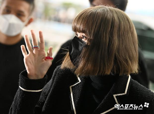 Lisa đổ bộ sân bay sang Pháp dự Fashion Week: Chanh sả như tài phiệt, bịt kín mà che không nổi visual và vòng eo khó tin - Ảnh 9.