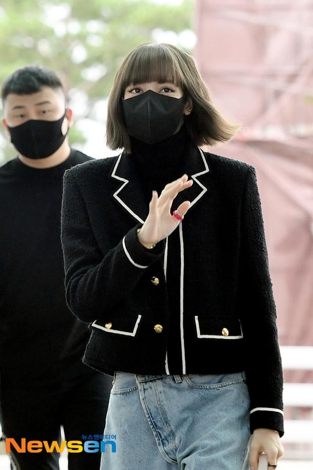 Lisa đổ bộ sân bay sang Pháp dự Fashion Week: Chanh sả như tài phiệt, bịt kín mà che không nổi visual và vòng eo khó tin - Ảnh 6.