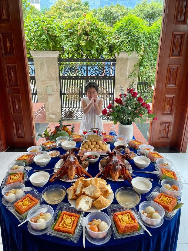 """Vợ chồng Vân Trang tổ chức sinh nhật con gái lớn, vóc dáng và nhan sắc mẹ bầu sắp """"vỡ chum"""" giật trọn spotlight! - Ảnh 5."""