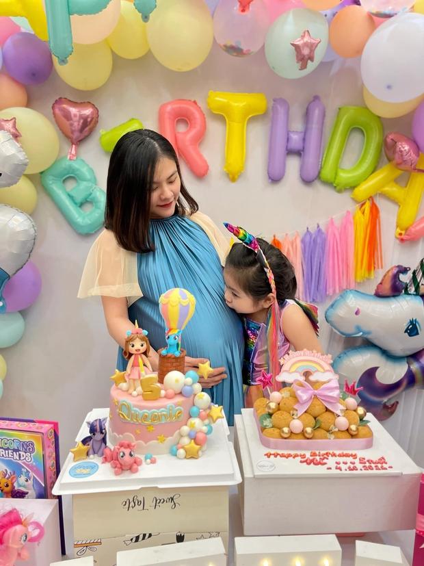 """Vợ chồng Vân Trang tổ chức sinh nhật con gái lớn, vóc dáng và nhan sắc mẹ bầu sắp """"vỡ chum"""" giật trọn spotlight! - Ảnh 3."""