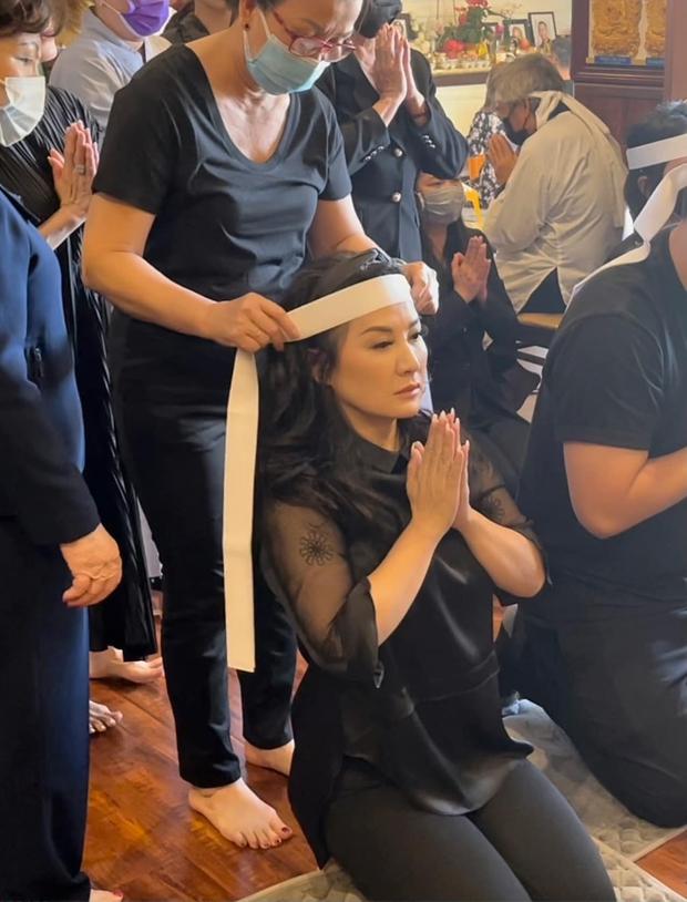 Lễ cúng thất đầu của ca sĩ Phi Nhung ở Mỹ: Con gái ruột và vợ cũ Bằng Kiều đội tang, Thanh Thảo - Thu Hoài cùng dàn sao Việt đến chia buồn - Ảnh 4.