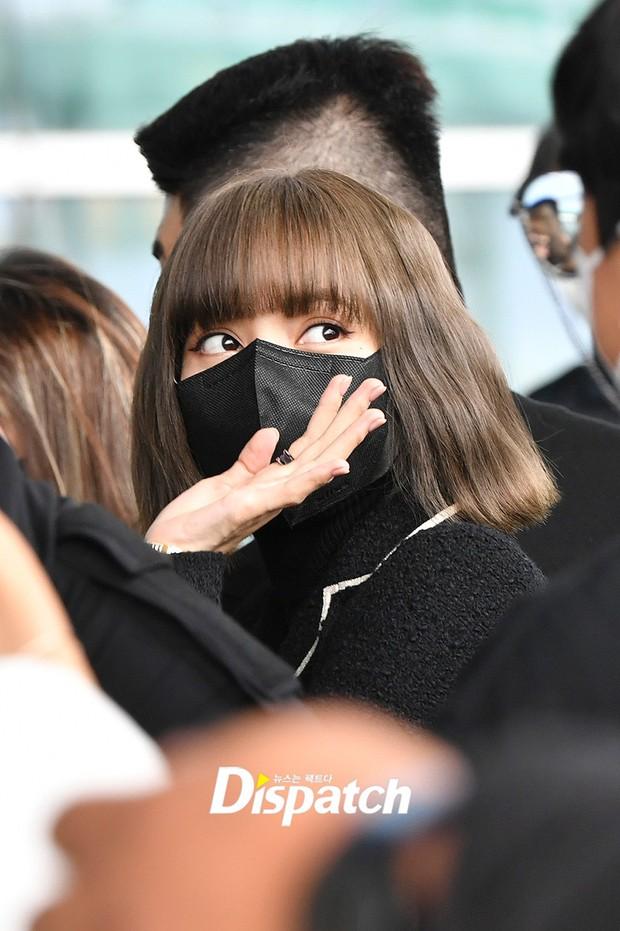 Lisa đổ bộ sân bay sang Pháp dự Fashion Week: Chanh sả như tài phiệt, bịt kín mà che không nổi visual và vòng eo khó tin - Ảnh 8.
