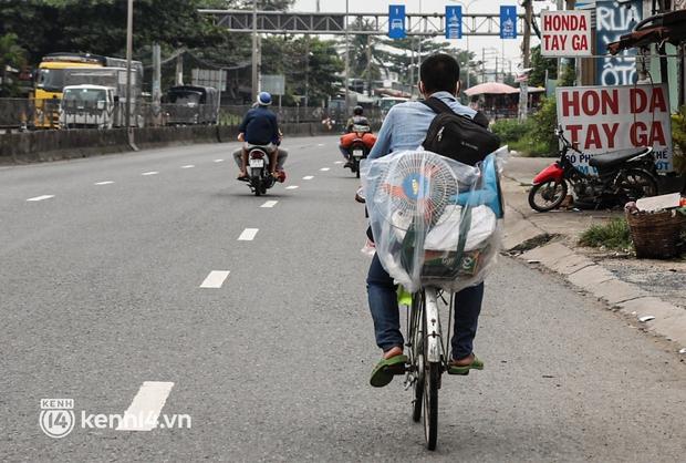 Cay mắt chuyện gia đình 5 người đẩy nhau trên chiếc xe ve chai rời Sài Gòn về quê: Xe máy bị mất trộm, kinh tế kiệt quệ rồi, đành đi bộ về thôi - Ảnh 12.