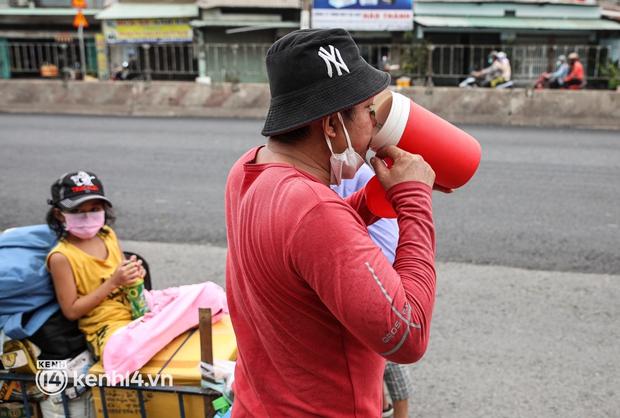 Cay mắt chuyện gia đình 5 người đẩy nhau trên chiếc xe ve chai rời Sài Gòn về quê: Xe máy bị mất trộm, kinh tế kiệt quệ rồi, đành đi bộ về thôi - Ảnh 8.