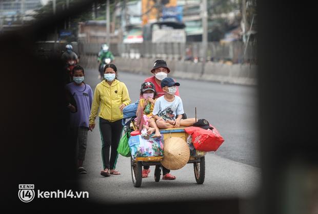 Cay mắt chuyện gia đình 5 người đẩy nhau trên chiếc xe ve chai rời Sài Gòn về quê: Xe máy bị mất trộm, kinh tế kiệt quệ rồi, đành đi bộ về thôi - Ảnh 10.