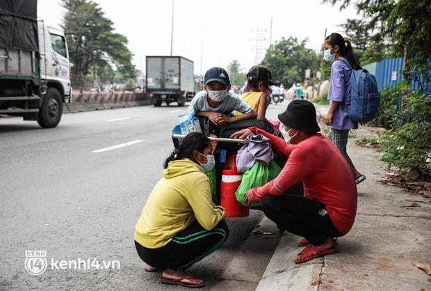 Cay mắt chuyện gia đình 5 người đẩy nhau trên chiếc xe ve chai rời Sài Gòn về quê: Xe máy bị mất trộm, kinh tế kiệt quệ rồi, đành đi bộ về thôi - Ảnh 7.