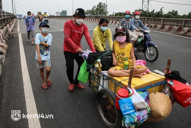 Cay mắt chuyện gia đình 5 người đẩy nhau trên chiếc xe ve chai rời Sài Gòn về quê: Xe máy bị mất trộm, kinh tế kiệt quệ rồi, đành đi bộ về thôi - Ảnh 4.