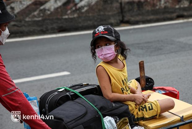 Cay mắt chuyện gia đình 5 người đẩy nhau trên chiếc xe ve chai rời Sài Gòn về quê: Xe máy bị mất trộm, kinh tế kiệt quệ rồi, đành đi bộ về thôi - Ảnh 11.
