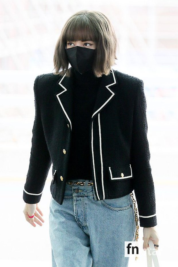 Lisa đổ bộ sân bay sang Pháp dự Fashion Week: Chanh sả như tài phiệt, bịt kín mà che không nổi visual và vòng eo khó tin - Ảnh 7.