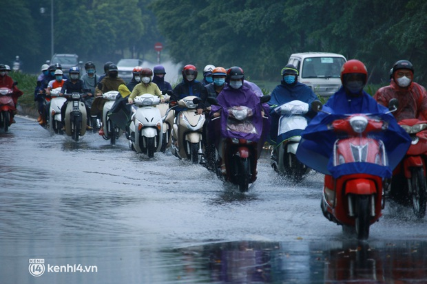 Hà Nội: Người dân đội mưa tầm tã, bật đèn đi làm sáng thứ Hai đầu tuần - Ảnh 2.
