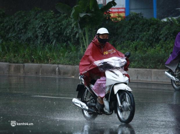 Hà Nội: Người dân đội mưa tầm tã, bật đèn đi làm sáng thứ Hai đầu tuần - Ảnh 11.