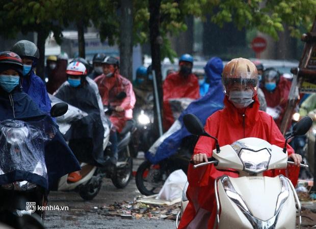 Hà Nội: Người dân đội mưa tầm tã, bật đèn đi làm sáng thứ Hai đầu tuần - Ảnh 4.