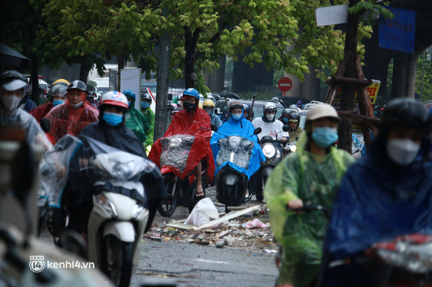 Hà Nội: Người dân đội mưa tầm tã, bật đèn đi làm sáng thứ Hai đầu tuần - Ảnh 3.