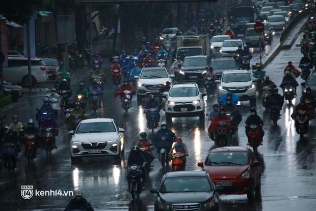 Hà Nội: Người dân đội mưa tầm tã, bật đèn đi làm sáng thứ Hai đầu tuần - Ảnh 1.