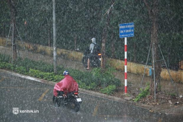 Hà Nội: Người dân đội mưa tầm tã, bật đèn đi làm sáng thứ Hai đầu tuần - Ảnh 7.