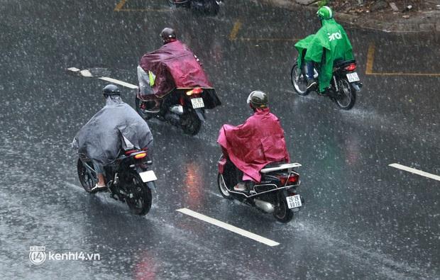 Hà Nội: Người dân đội mưa tầm tã, bật đèn đi làm sáng thứ Hai đầu tuần - Ảnh 5.