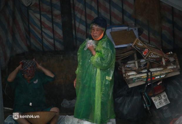 Hà Nội: Người dân đội mưa tầm tã, bật đèn đi làm sáng thứ Hai đầu tuần - Ảnh 8.
