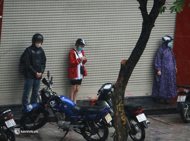 Hà Nội: Người dân đội mưa tầm tã, bật đèn đi làm sáng thứ Hai đầu tuần - Ảnh 9.
