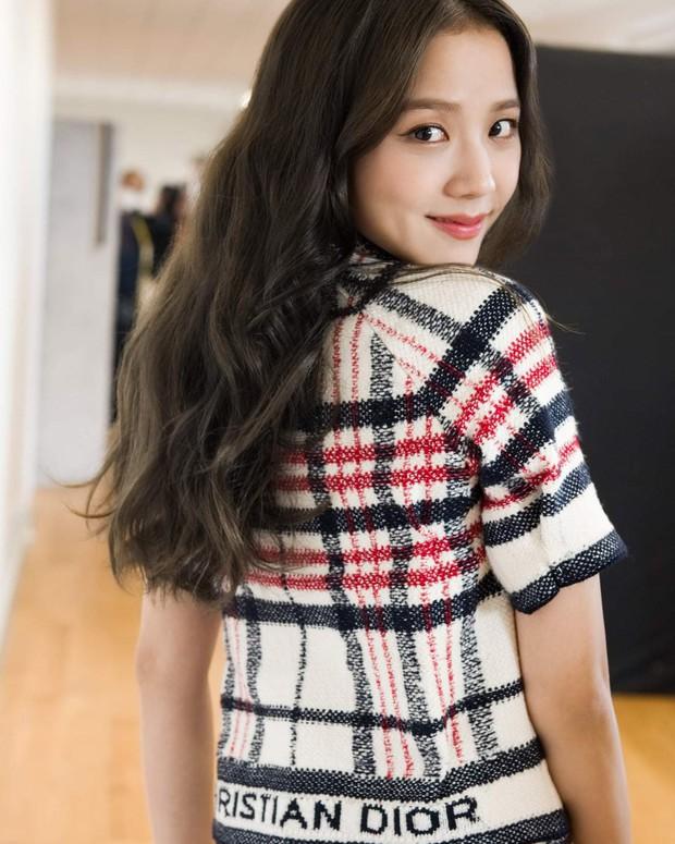 Jisoo tham quan xưởng may Dior: Đẹp đến mức đứng cười cũng thành ảnh tạp chí, thử đồ phát hóa... show diễn runway - Ảnh 4.